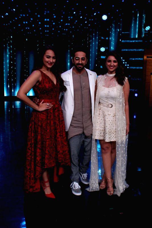 "Actors Sonakshi Sinha, Ayushmann Khurrana and Parineeti Chopra during the promotion of upcoming film ""Meri Pyari Bindu"" on the sets of Nach Baliye Season 8 on May 2, 2017. - Sonakshi Sinha, Ayushmann Khurrana and Parineeti Chopra"