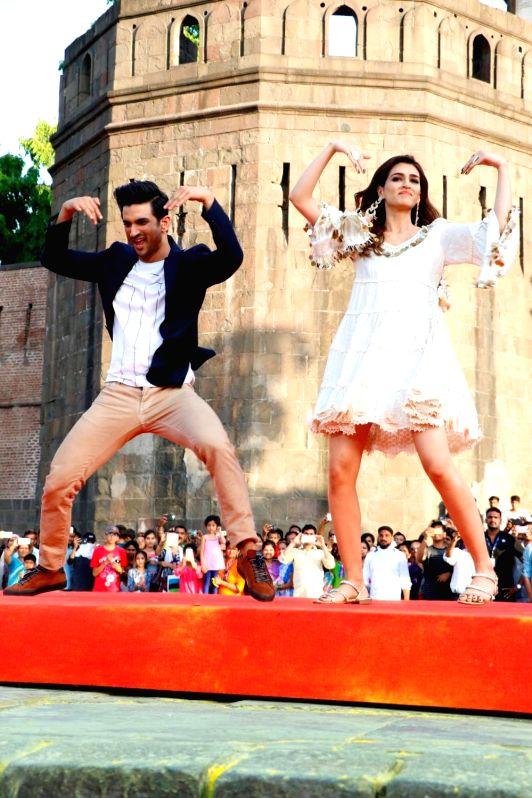 "Actors Sushant Singh and Kriti Sanon during promotions of their upcoming film ""Raabta"" COLORS India Banega Manch in Mumbai on May 25, 2017. - Sushant Singh and Kriti Sanon"
