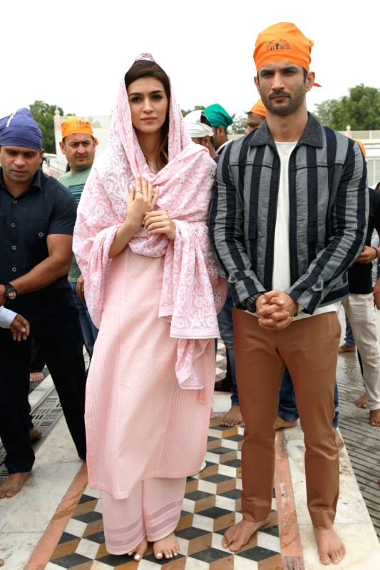 Actors Sushant Singh Rajput and Kriti Sanon visit Gurudwara Bangla Sahib in New Delhi on June 7, 2017. - Sushant Singh Rajput and Kriti Sanon
