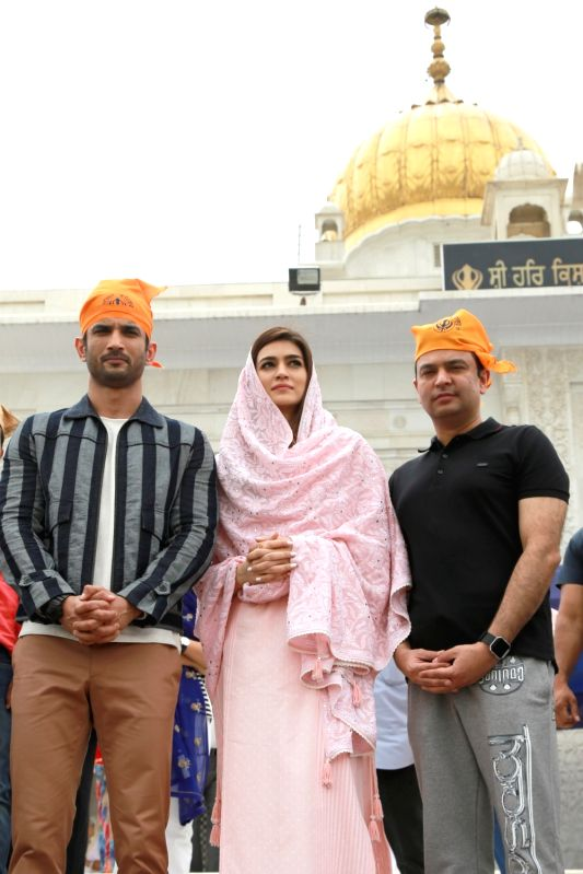 Actors Sushant Singh Rajput, Kriti Sanon and producer Bhushan Kumar visit Gurudwara Bangla Sahib in New Delhi on June 7, 2017. - Sushant Singh Rajput, Kriti Sanon and Bhushan Kumar
