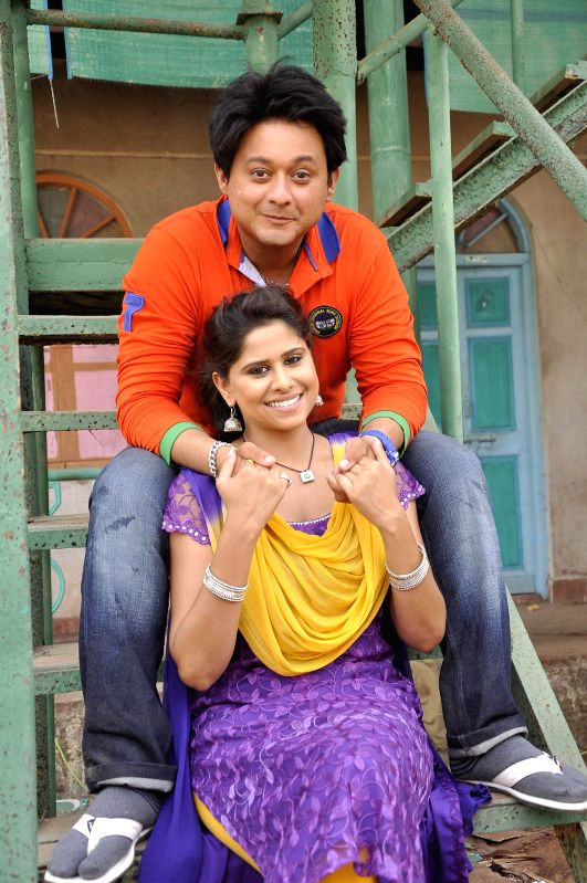 Actors Swapnil Joshi and Sai Tamhankar during on the location shooting of film Pyar Vaali Love Story in Mumbai on 10 May, 2014. - Swapnil Joshi and Sai Tamhankar
