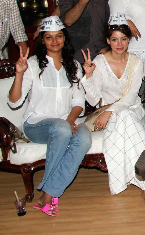 Actors Tejaswini Kolhapure and Vidya Malvade show their support for AAP at press conference at Mumbai streets at 21st April 2014 - Tejaswini Kolhapure and Vidya Malvade