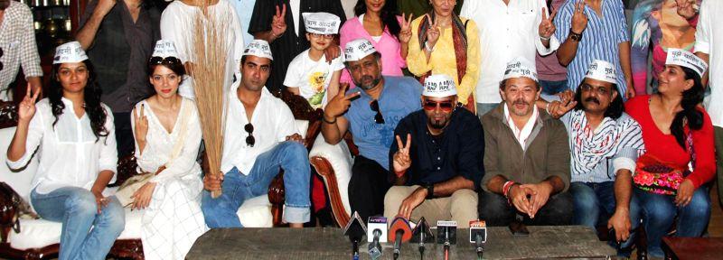Actors Tejaswini Kolhapure, Vidya Malavade, Ranvir Shorey, Anubhav Sinha, Raghu Ram, Raj Zutshi, Ashwini Chaudhary, Sherley Singh show their support for AAP at press conference at Mumbai streets at .. - Tejaswini Kolhapure, Vidya Malavade, Ranvir Shorey, Anubhav Sinha, Raghu Ram, Raj Zutshi, Ashwini Chaudhary and Sherley Singh