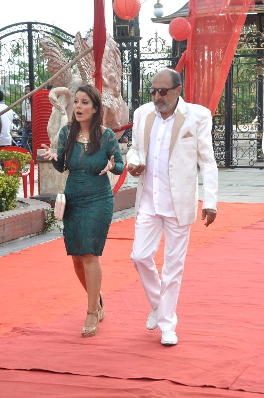 Actors Tinnu Anand and Priti Sharma during the on location shooting of film Hume Toh Loot Liya in Mumbai on June 30, 2014. - Tinnu Anand and Priti Sharma