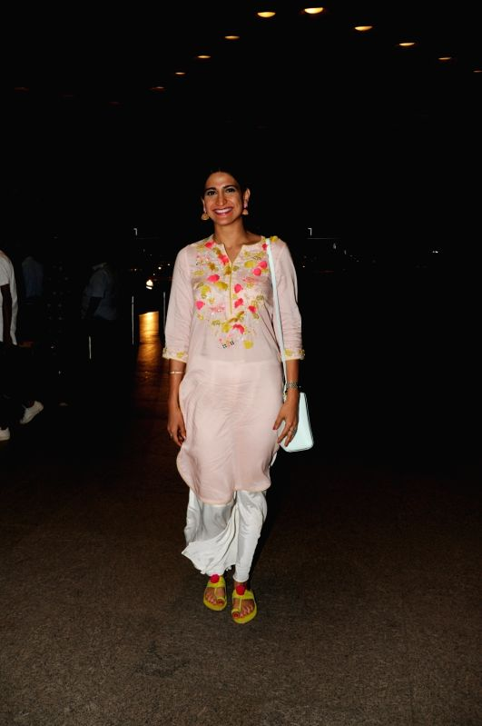 Actress Aahana Kumra seen at Chhatrapati Shivaji International Airport in Mumbai . - Aahana Kumra
