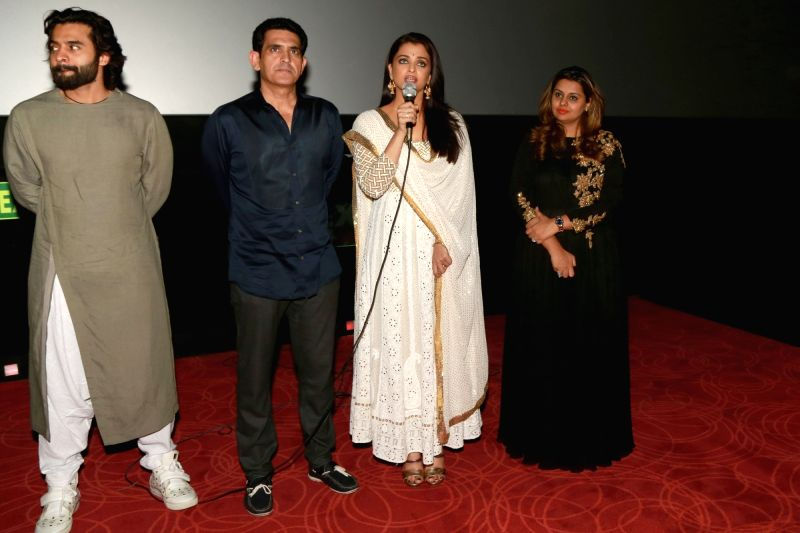"Actress Aishwarya Rai Bachchan and director Omnung Kumar at premiere of ""Sarbjit"" in New Delhi on May 20, 2016. - Aishwarya Rai Bachchan and Omnung Kumar"