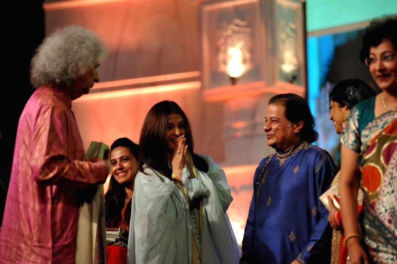Actress Aishwarya Rai Bachchan and Ghazal singer Anoop Jalota with Santoor player Pandit Shivkumar Sharma during a musical concert of Pure Love Bhagavan Sri Sathya Sai Baba in Mumbai on April 27, ... - Aishwarya Rai Bachchan and Pandit Shivkumar Sharma