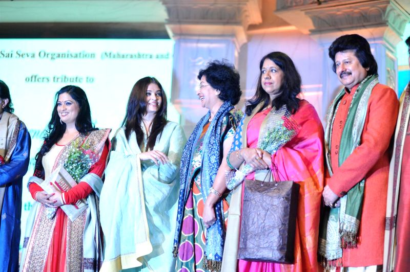 Actress Aishwarya Rai Bachchan and Ghazal singer Pankaj Udhas during a musical concert of Pure Love Bhagavan Sri Sathya Sai Baba in Mumbai on April 27, 2014. - Aishwarya Rai Bachchan