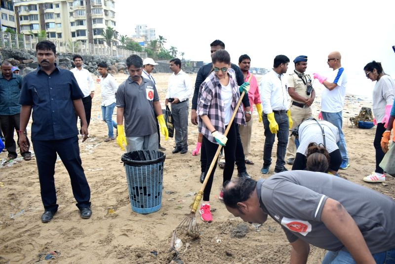 Actress Anushka Sharma who was nominated as a Swachh Bharat Abhiyan ambassador, participates in a cleanliness drive at the Versova beach in Mumbai on Sept 29, 2017. - Anushka Sharma