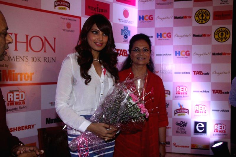 Actress Bipasha Basu extends her support to HCG Pinkathon 2013, during a press conference to announce the completion of 10,000 registered participants in Mumbai on 27th November 2013. - Bipasha Basu