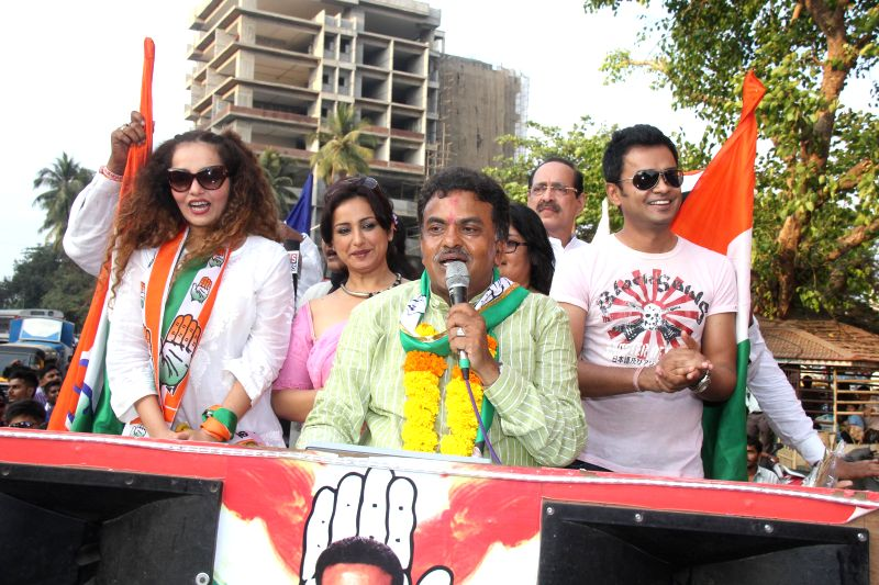 Actress Divya Dutta and other television actors campaign for Congress candidate for 2014 Lok Sabha Election from Mumbai North, Sanjay Nirupam in Mumbai on April 18, 2014. - Divya Dutta
