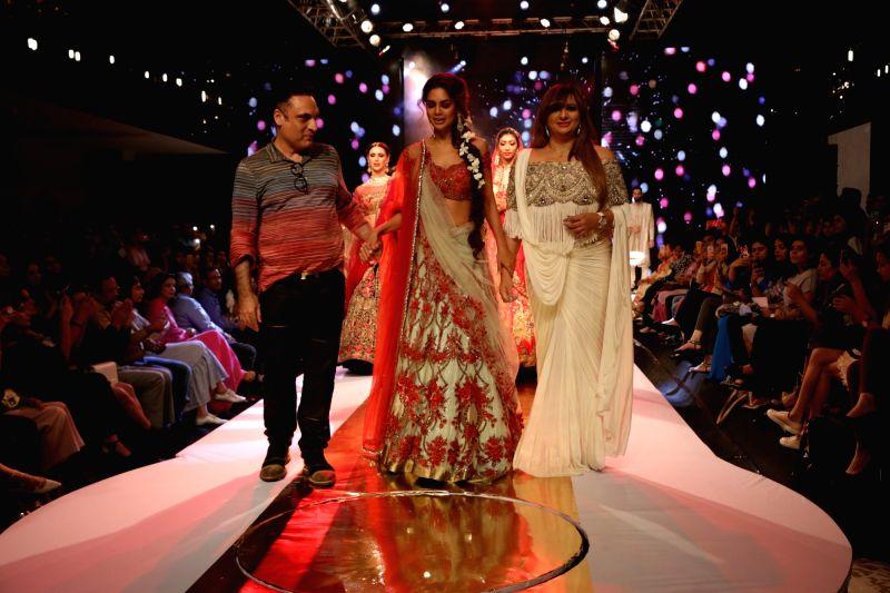 Actress Esha Gupta walks the ramp during the VLCC's Bridal Looks 2017 in New Delhi on Aug 12, 2017. - Esha Gupta