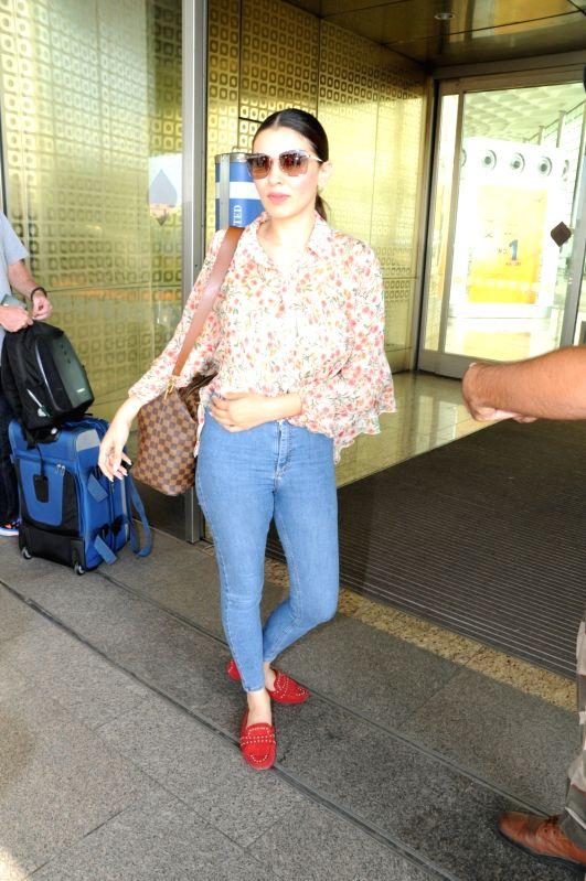 Actress Hansika Motwani seen at Chhatrapati Shivaji International Airport in Mumbai . - Hansika Motwani
