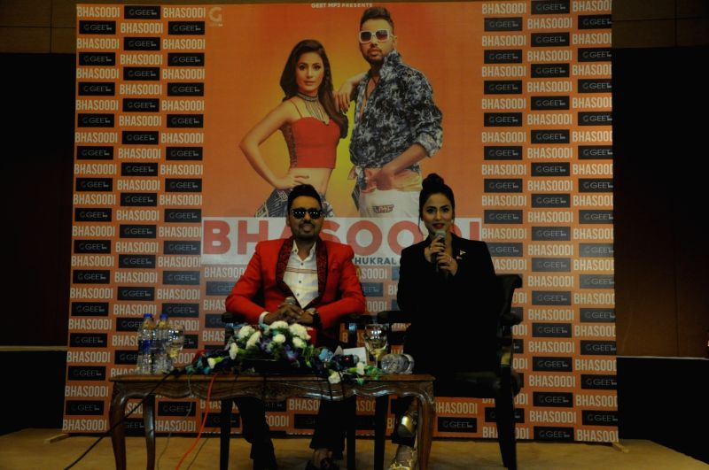 """Actress Hina Khan and singer Sonu Thukral during the launch of their song """"Bhasoodi"""" in New Delhi on July 17, 2018. - Hina Khan"""