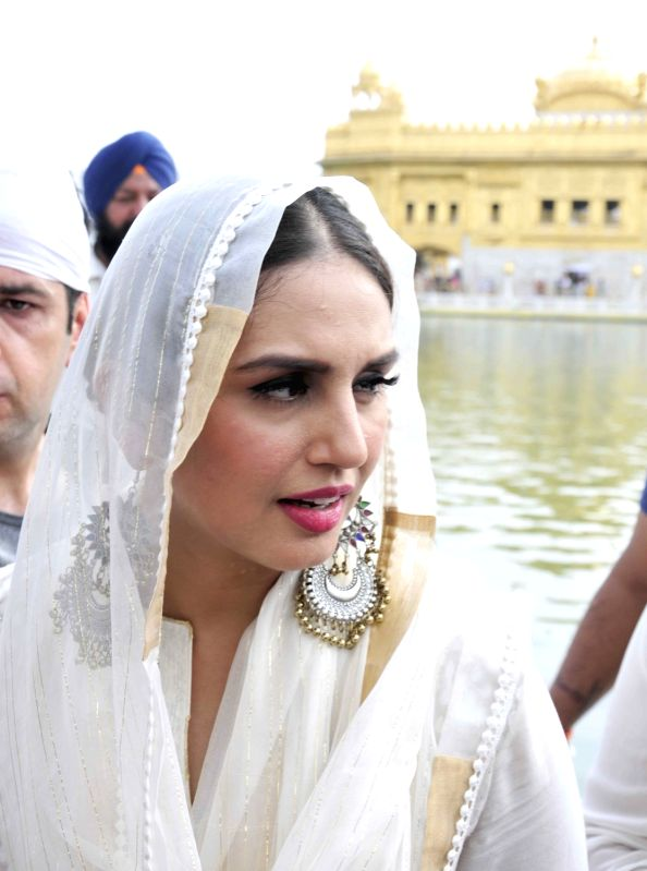 Huma Qureshi, Gurinder Chadha at Golden temple - Huma Qureshi