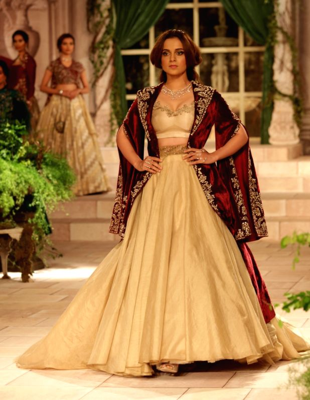 Actress Kangana Ranaut showcase the creations of fashion designer Anju Modi on first day of the India Couture Week 2018 in New Delhi on July 25, 2018. - Kangana Ranaut and Anju Modi