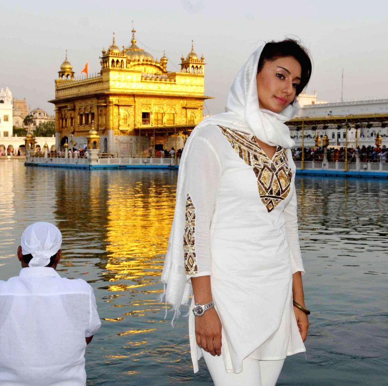 Actress Mahek Chahal pays obeisance at the Mahek Chahal  in Amritsar on May 18, 2014.