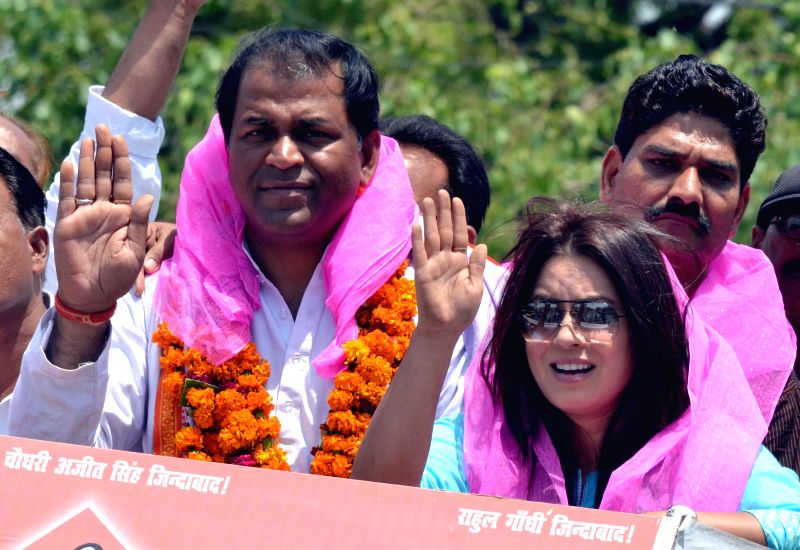 Actress Mahima Chaudhry campaigns for Congress candidate from Agra constituency Upendra Singh Jatav in Agra on April 22, 2014. - Upendra Singh Jatav