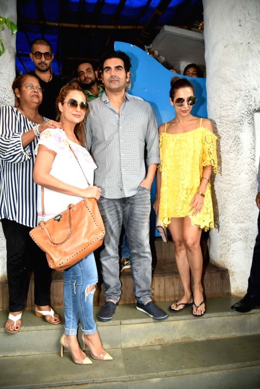 Actress Malaika Arora comes out after having diner with her ex husband Arbaaz Khan and his family in Mumbai on June 11, 2017. Also seen Amrita Arora. - Malaika Arora, Arbaaz Khan and Amrita Arora