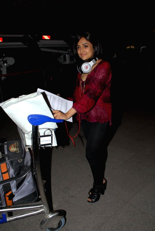 Actress Monali Thakur at the Terminal 2 of the Chhatrapati Shivaji International Airport leaving for International Indian Film Academy (IIFA) Awards in Mumbai on 22nd April 2014. - Monali Thakur
