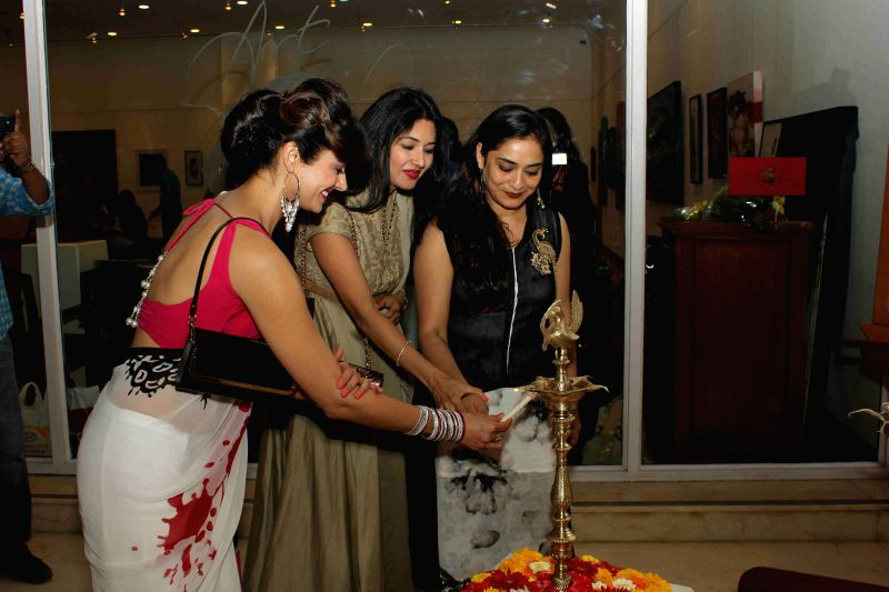 Actress Pooja Batra  and Deepti Bhatnagar with Rekha Rana during the art preview of artist Rekha Rana in Mumbai on March 24 , 2015. - Pooja Batra