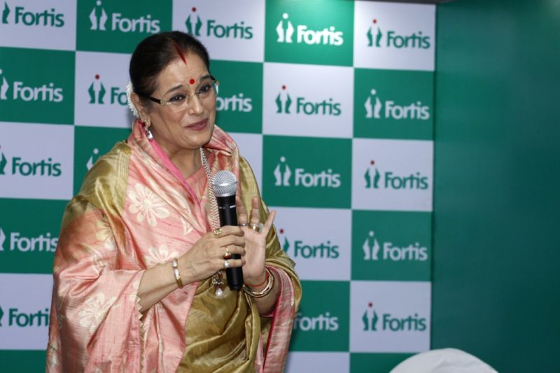 Actress Poonam Sinha during the unveiling of the Wall of Tribute and felicitating the families of organ donors at Fortis Hospital, in Mumbai on Aug 5, 2016. - Poonam Sinha
