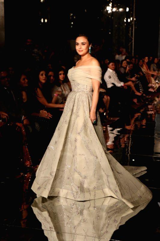 http://files.prokerala.com/news/photos/imgs/800/actress-preity-zinta-displays-the-creation-of-575005.jpg