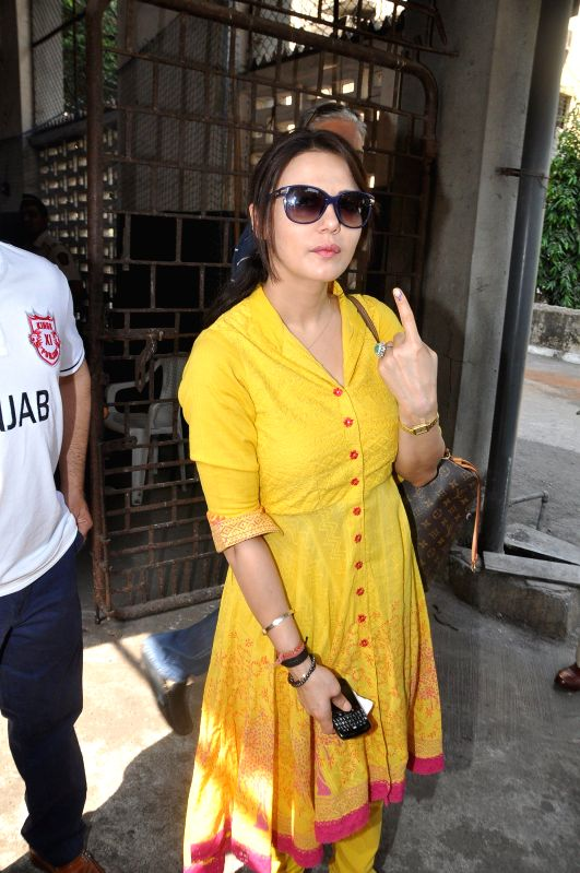 Actress Preity Zinta shows her fore finger marked with phosphorous ink after casting her vote at a polling booth during the sixth phase of 2014 Lok Sabha Polls in Mumbai on April 24, 2014. - Preity Zinta
