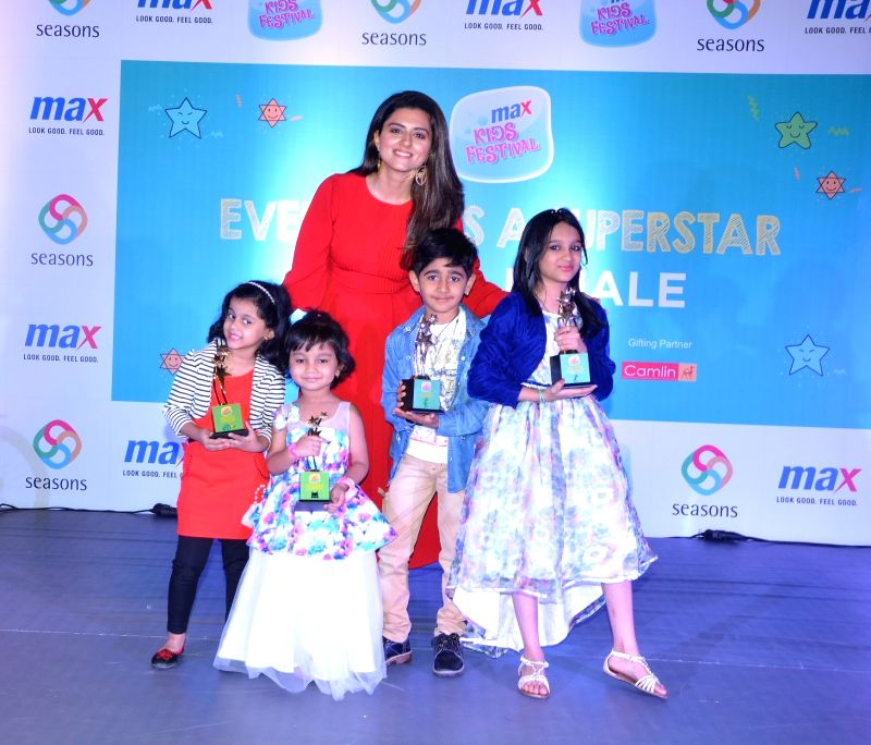 Actress Riddhi Dogra with young participants during Max Kids Festival, in Mumbai on May 26, 2018. - Riddhi Dogra