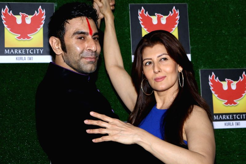 Actress Sangeeta Bijlani and choreographer Sandip Soparrkar during the grand finale of of India's first Dance Week Season 4 in Mumbai on April 29, 2017. - Sangeeta Bijlani