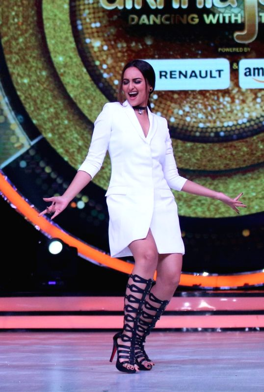 Actress Sonakshi Sinha during the promotion of film Akira on the sets of reality dance show Jhalak Dikhhla Jaa season 9 in Mumbai, in Mumbai, on Aug. 9, 2016. - Sonakshi Sinha