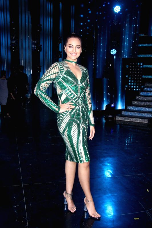 Actress Sonakshi Sinha during the promotion of film Super Singh on the sets of Star Plus TV show Nach Baliye Season 8 in Mumbai, on June 13, 2017. - Sonakshi Sinha and Singh