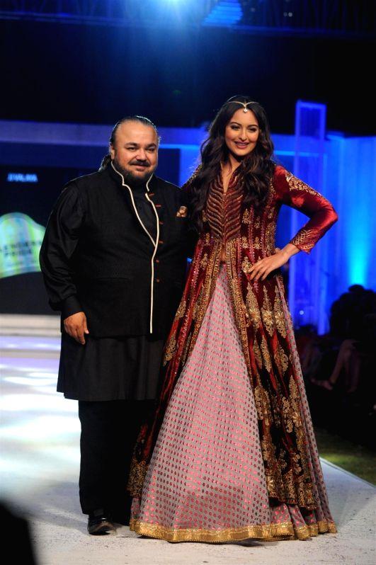 Actress Sonakshi Sinha  walks the ramp for designer JJ Valaya show at Blenders Pride Fashion Tour 2015 in Mumbai  on Dec 4, 2015. - Sonakshi Sinha