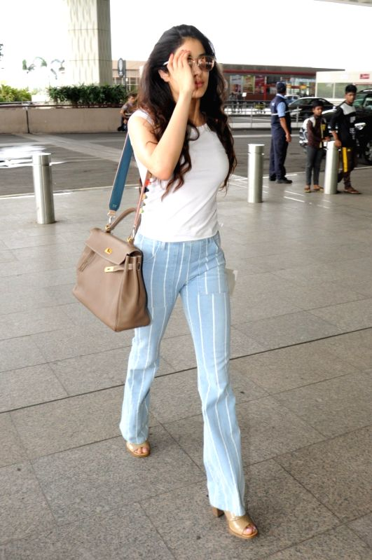 Actress Sridevi's daughter Jahnavi Kapoor spotted at Chhatrapati Shivaji Maharaj International Airport in Mumbai, on June 10, 2017. - Sridev and Jahnavi Kapoor