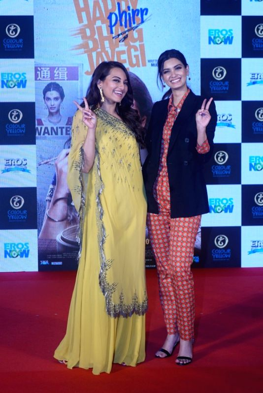 "Actresses Diana Penty and  Sonakshi Sinha at the trailer launch of their upcoming film ""Happy Phirr Bhag Jayegi""  in Mumbai on July 25, 2018. - Diana Penty and Sonakshi Sinha"