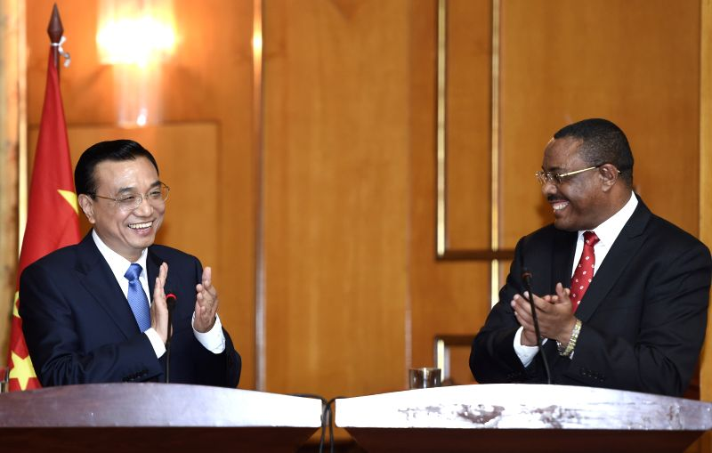 Chinese Premier Li Keqiang (L) and Ethiopian Prime Minister Hailemariam Desalegn meet press after their talks in Addis Ababa, Ethiopia, May 4, 2014. Li started an