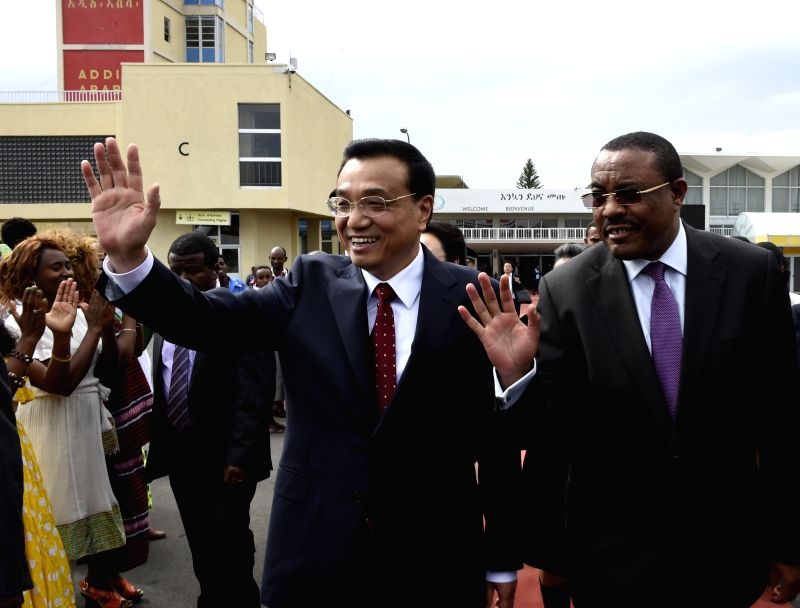 Chinese Premier Li Keqiang (L front) attends a farewell ceremony held by his Ethiopian counterpart Hailemariam Desalegn (R front) in Addis Ababa, Ethiopia, May 6,