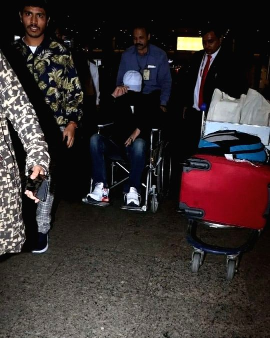 "After shooting for his film ""Angrezi Medium"" in London, actor Irrfan Khan has returned to India. Irrfan was spotted at Mumbai airport on Friday. A lot of pictures are doing the rounds on the Internet in which he is seen hiding his face and using whee"