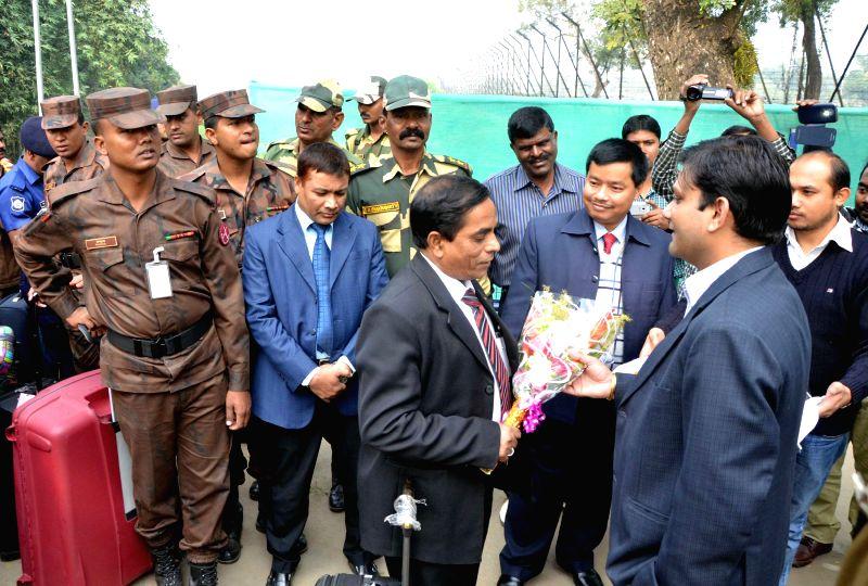 Bangladeshi delegation for joint border conference being welcomed at Akhaura land port in Agartala on Jan 8, 2015. The delegation comprises of 30 members including five DCMs.