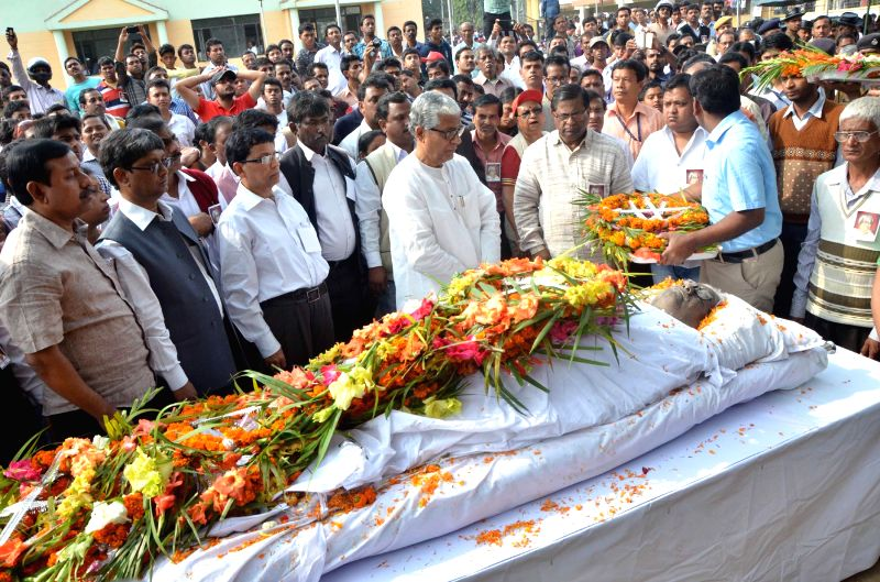 Tripura Chief Minister Manik Sarkar pays tribute to the veteran Communist leader and Vice-Chairman of state planning council Anil Sarkar, who died at All India Institute of Medical Sciences