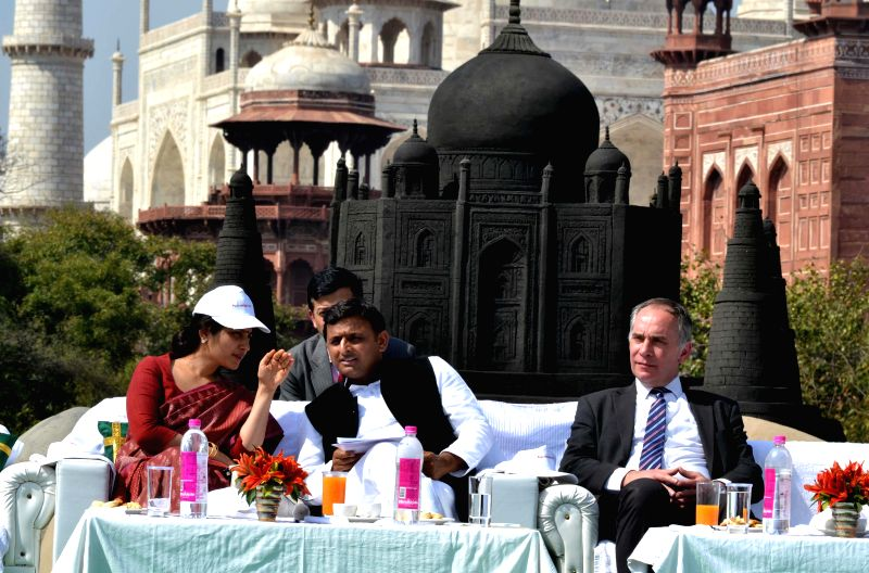 Uttar Pradesh Chief Minister Akhilesh Yadav with his wife and SP MP from Kannauj Dimple Yadav during a programme organised to unveil Sudershan Patnaik's black replica of the Taj Mahal at the ... - Akhilesh Yadav and Kannauj Dimple Yadav
