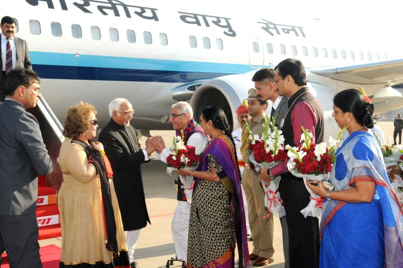 Vice President Mohammad Hamid Ansari being received by the Governor of Gujarat O.P. Kohli and the Chief Minister of Gujarat Anandiben Patel, on his arrival at Ahmedabad airport, in Gujarat - P. Kohli and Anandiben Patel
