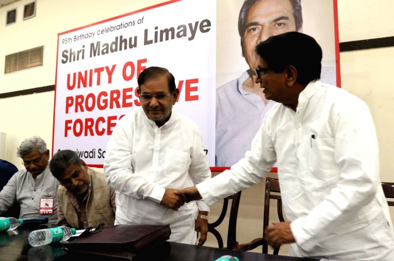Ajit Singh of Rashtriya Lok Dal and JD(U) leader Sharad Yadav during a programme organised to celebrate birth anniversary of socialist essayist and activist Madhu Limaye in New Delhi, on ... - Ajit Singh and Sharad Yadav