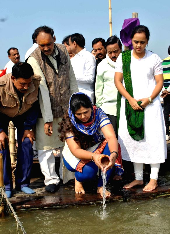 Family members of Gopinath Munde, the Member of Parliament who had died in a road accident last year, immersed the ashes of the late soul at the Sangam in Allahabad on Feb. 2, 2015.