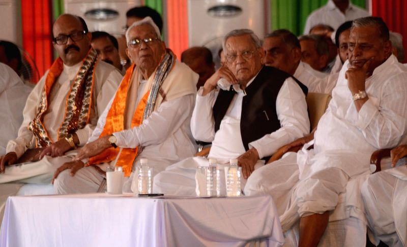 Amar Singh shares a stage with Samajwadi Party chief Mulayam Singh Yadav during inauguration of Janeshwar Mishra Park in Lucknow on Aug 5, 2014. - Janeshwar Mishra Park