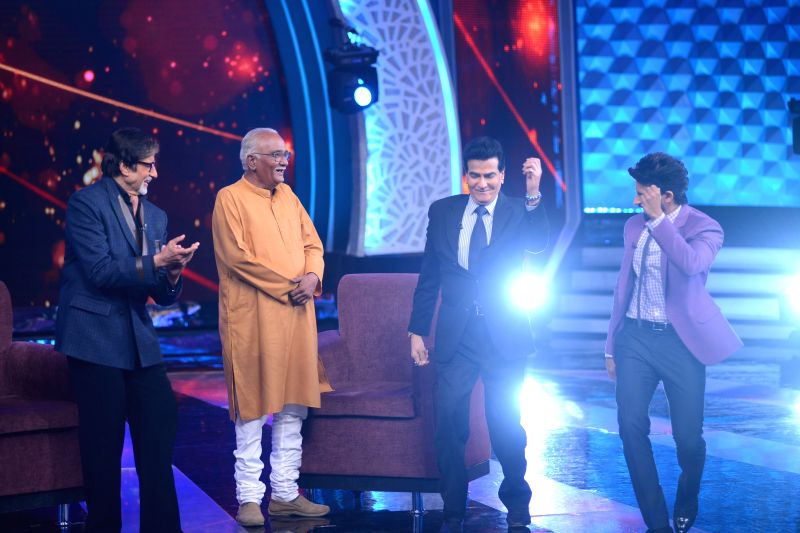 Amitabh Bachchan, Aaj Ki Raat Hai Zindagi Hero Vijay Thakur, Jeetendra and co-host Hussain shake a leg on the sets of Aaj Ki Raat Hai Zindagi - Amitabh Bachchan