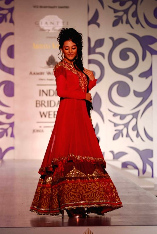 Model Walks for fashion designer Archana Kochhar at Aamby Valley Indian Bridal Week day 5. - Amrita Rao Walks