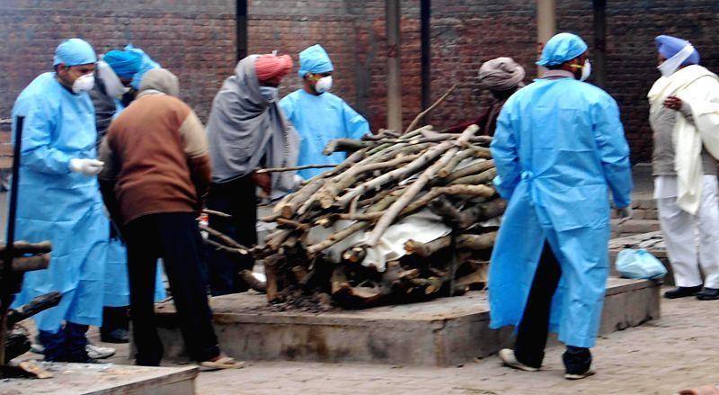 Cremation of Sarabjit Kaur (55), a Swine flu patient underway in Amritsar, on Jan 20, 2015. - Sarabjit Kaur