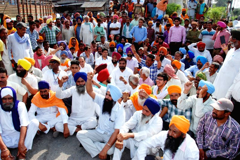 Farmers stage a demonstration against the Punjab and the central governments in Amritsar, on April 25, 2015.