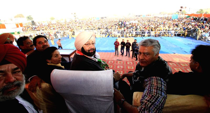 Former Punjab Chief Minister Captain Amarinder Singh, Congress leader Preneet Kaur, Sunil Jakhar, Manish Tewari along with others during a rally in Amritsar on Jan. 24, 2015. - Captain Amarinder Singh and Preneet Kaur